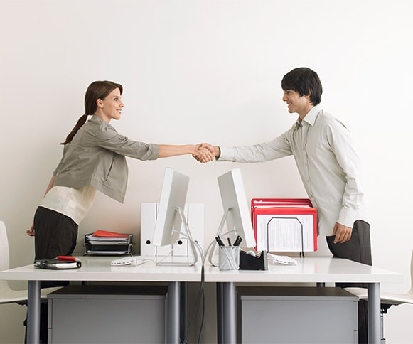 the client is shaking hand with SEO agency after successful project interview